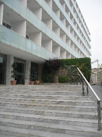 4R Salou Park Resort I: Steps/ramp up to front of the hotel