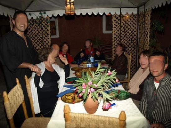 Tigmi el Janoub : Repas du soir en toute convivialité