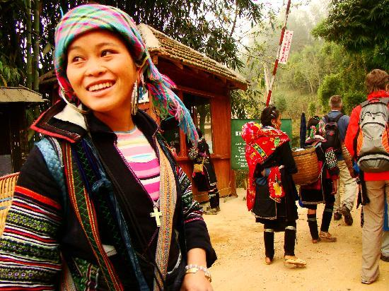 Rising Dragon Grand Hotel: Walking to the villiages with a Hmong woman