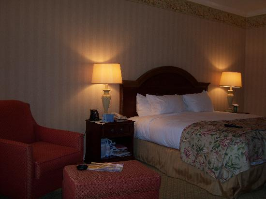 Hilton St. Louis Frontenac: bed with part of sitting area