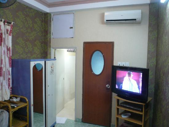 Long Hostel: All the basic room amenities are available.