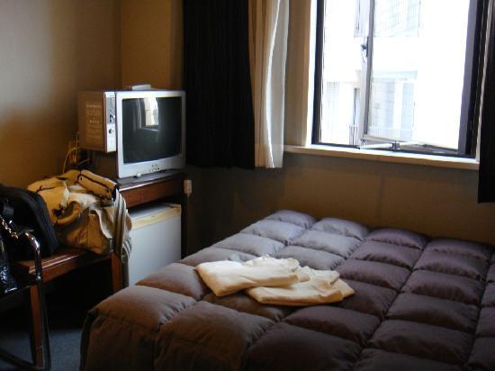 Plaza Hotel Tenjin: across bed
