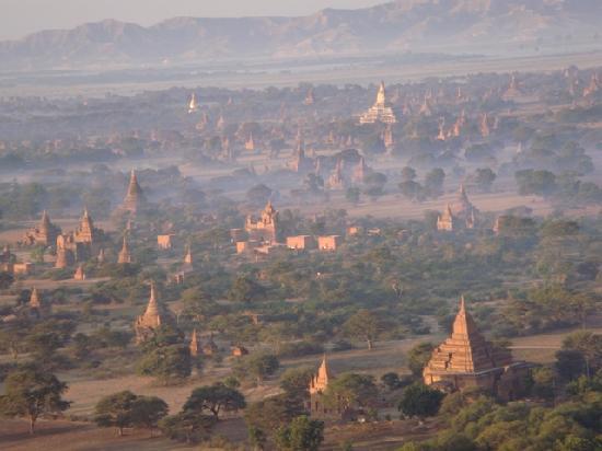 Aureum Palace Hotel & Resort Bagan : Balloons over Bagan