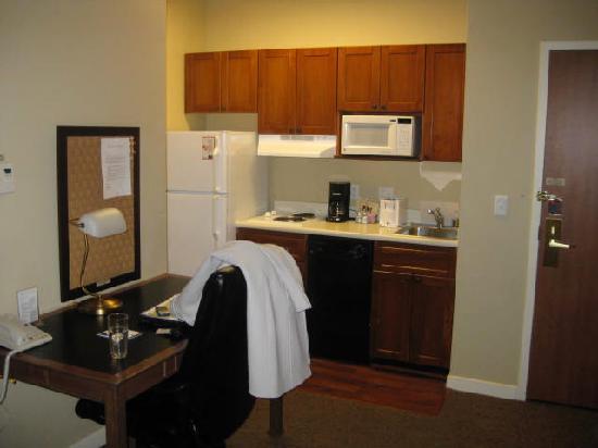 HYATT House Santa Clara: Desk and full kitchen