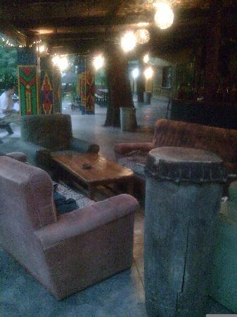 Shoestrings Backpackers Lodge: Shoestrings Vic Falls bar con musica autentica africana