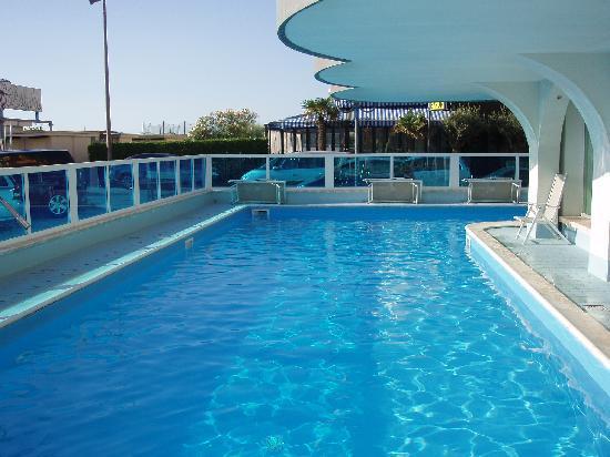 Piscina spiaggia foto di hotel negresco milano marittima tripadvisor - Piscina comunale ravenna prezzi ...