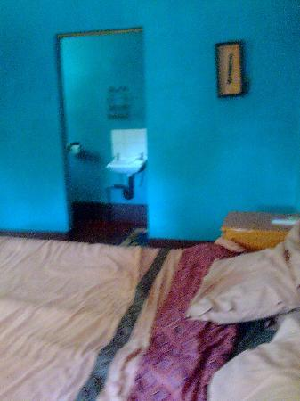 Shoestrings Backpackers Lodge: Shoestrings Vic Falls habitacion y baño