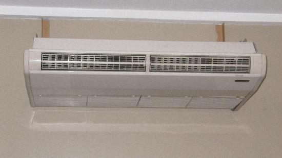 Great Eastern Hotel: Industrial air conditioner in room