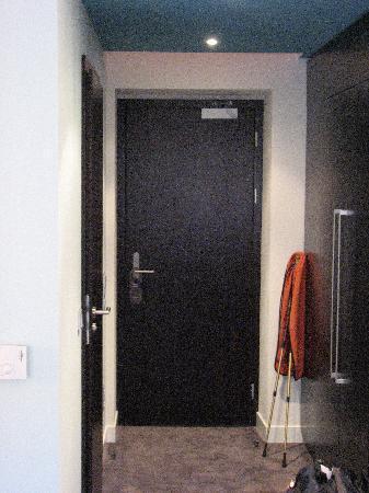 Red & Blue: Room entrance