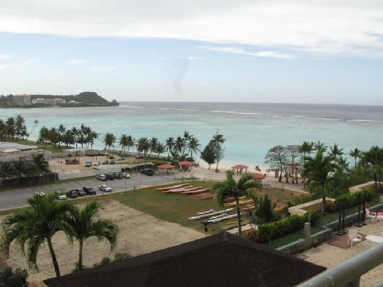 Holiday Resort & Spa Guam: さらにベランダに出て海のほうを見ると