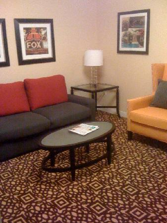Doubletree by Hilton Detroit Downtown - Fort Shelby: Guest room sitting area