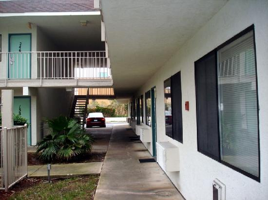 Motel 6 Orlando Kissimmee Main Gate West: Inside corridor and rooms