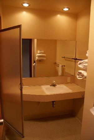 Curly Redwood Lodge: Spartan Bathroom