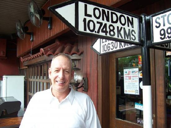 Howzat Inn: Out in front of Howzat Restaurant