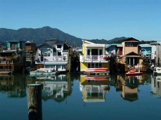 Sausalito, Californië: Floating houses at Liberty Dock. Used to be Hippies, now Yuppies.