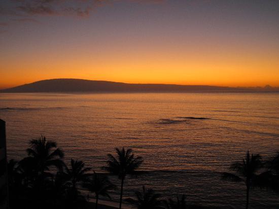 Valley Isle Resort: December sunset looking over Lana'i