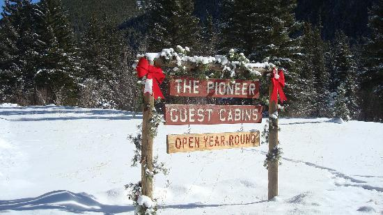 Pioneer Guest Cabins: sign at entrance