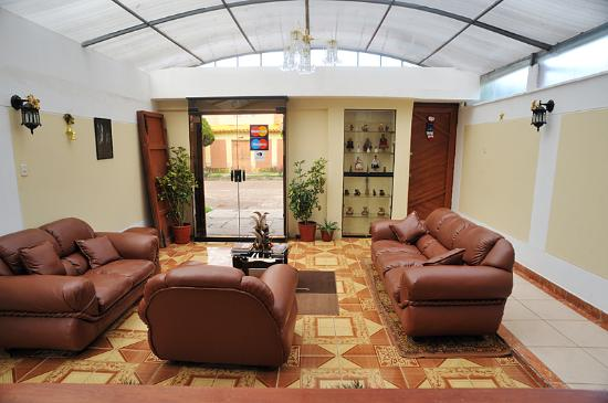 Posada Inti Wasi: This is the lobby area, with comfortable sofas for reading and conversation