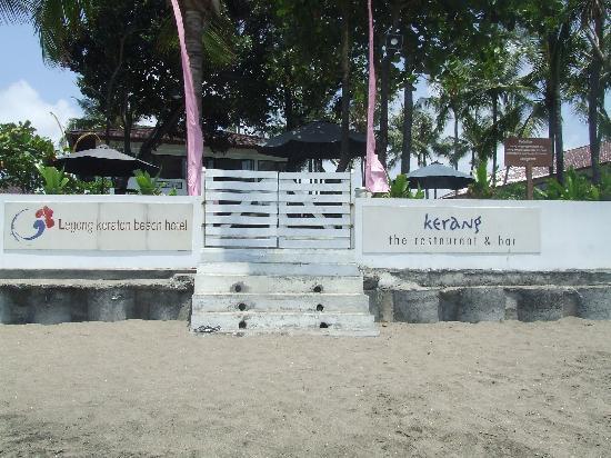 Legong Keraton Beach Hotel: front of hotel on beach