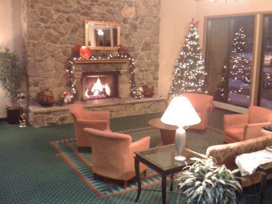 Clarion Inn in Merrillville : lobby at Christmas