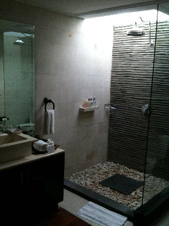 Villa Kipas: Rain shower