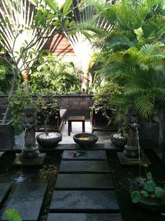 Villa Kipas: Entrance stepping stones