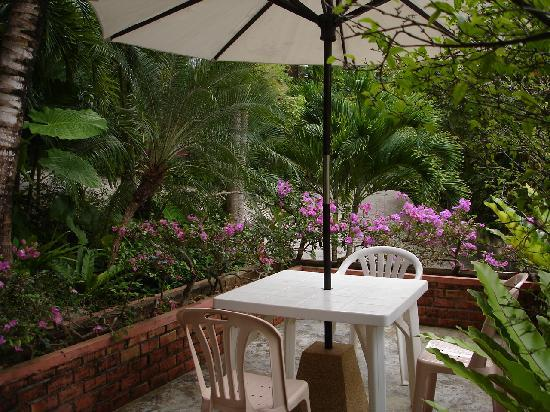 Karuna Meditation Center: Outside Eating Area II