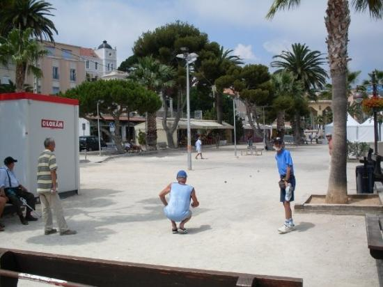 Bandol, Frankrike: Playing boules is a major passtime for retirees in Europe