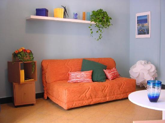 Apartment Inkiostro : salotto con divano letto matrimoniale- lounge with double sofa bed