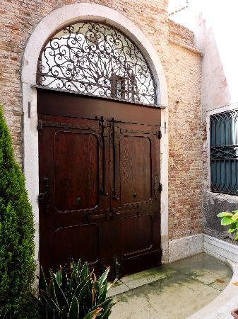 Istituto San Giuseppe : Doors lead to the canal