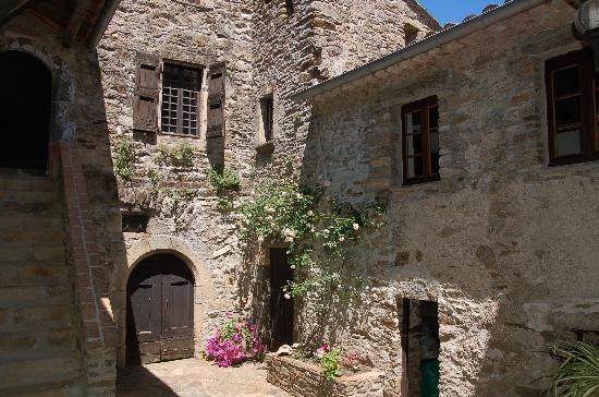 Domaine de Bussas: Medieval courtyard
