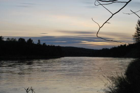 Water's Edge Bed & Breakfast: Sunset over the Nechako River
