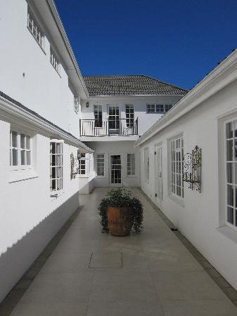Constantia White Lodge: Family room courtyard