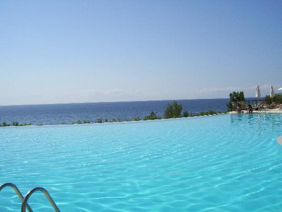 Ikos Oceania: The infinity pool