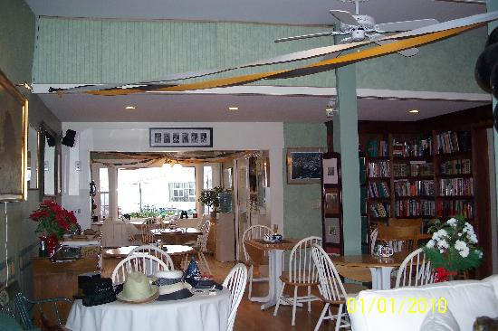Greenleaf Inn at Boothbay Harbor: Cozy Living and Dining area