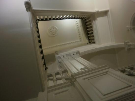 Hyde Park Hostel: Там ГОРЕ, ама още ПО-НАГОРЕ  беше стаята ми....