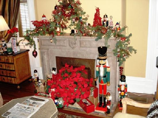 Five Continents Bed and Breakfast: Back parlor decked out for the holidays