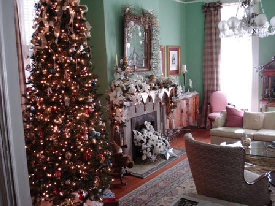 Five Continents Bed and Breakfast: Front parlor decked out for the holidays