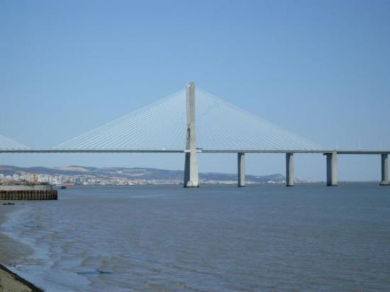 Vasco da Gama Bridge : Die Ponte Vasco da Gama - mit 17 Kilometer Länge eine der längsten Hängebrücken der Welt...