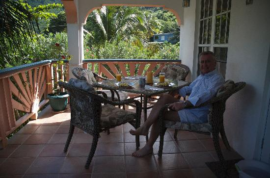 Guava Road Apartments: Breakfast on the patio after beach walk
