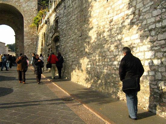 Hotel Porta Nuova: Acesso a Assisi - alguns passos do hotel