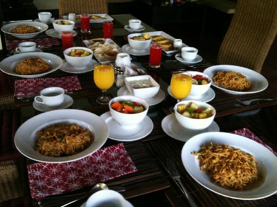 The Ulin Villas & Spa: breakfast set up in the villa