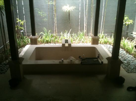 The Ulin Villas & Spa: the outdoor bathtub