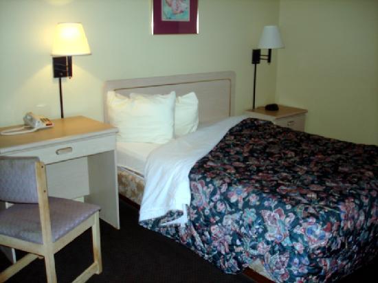 Super 8 Monticello: Room