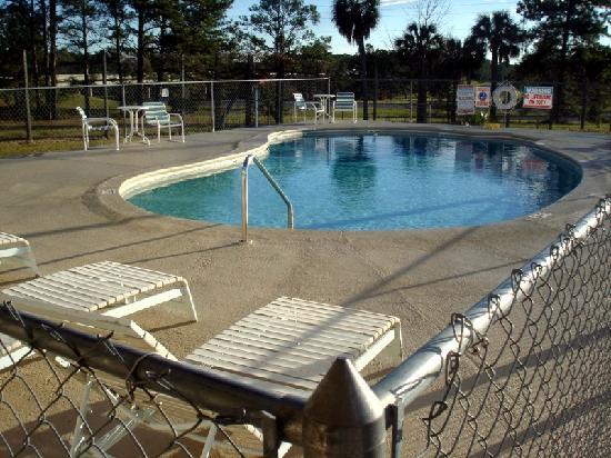 Super 8 Monticello: Pool