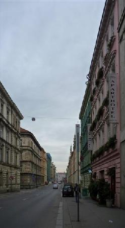Aparthotel City 5: the street