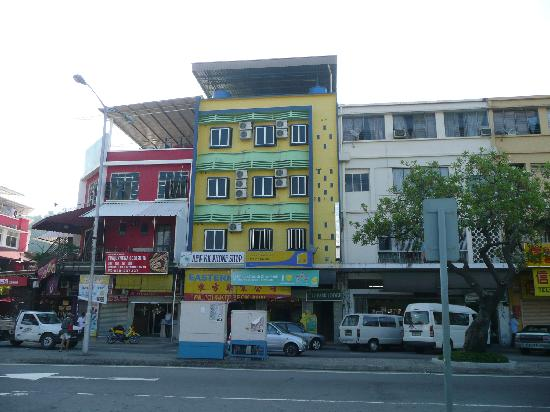 City Park Lodge: the yellow/green building