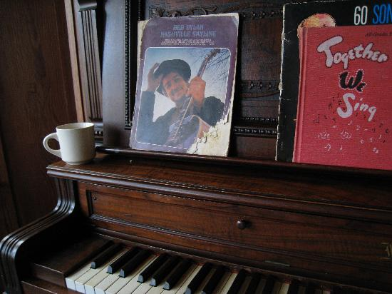Caspar, Kaliforniya: coffee by the piano