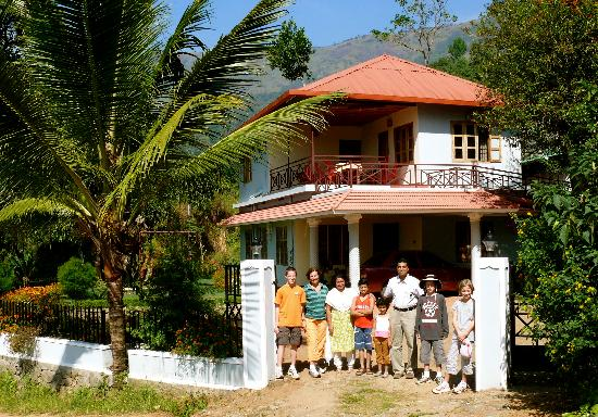 Devant le Royal Mist avec Anil et sa famille