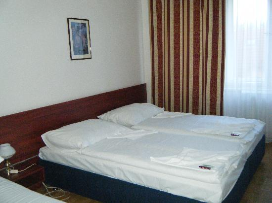 Metropolitan Old Town hotel: Two of the four beds in the room